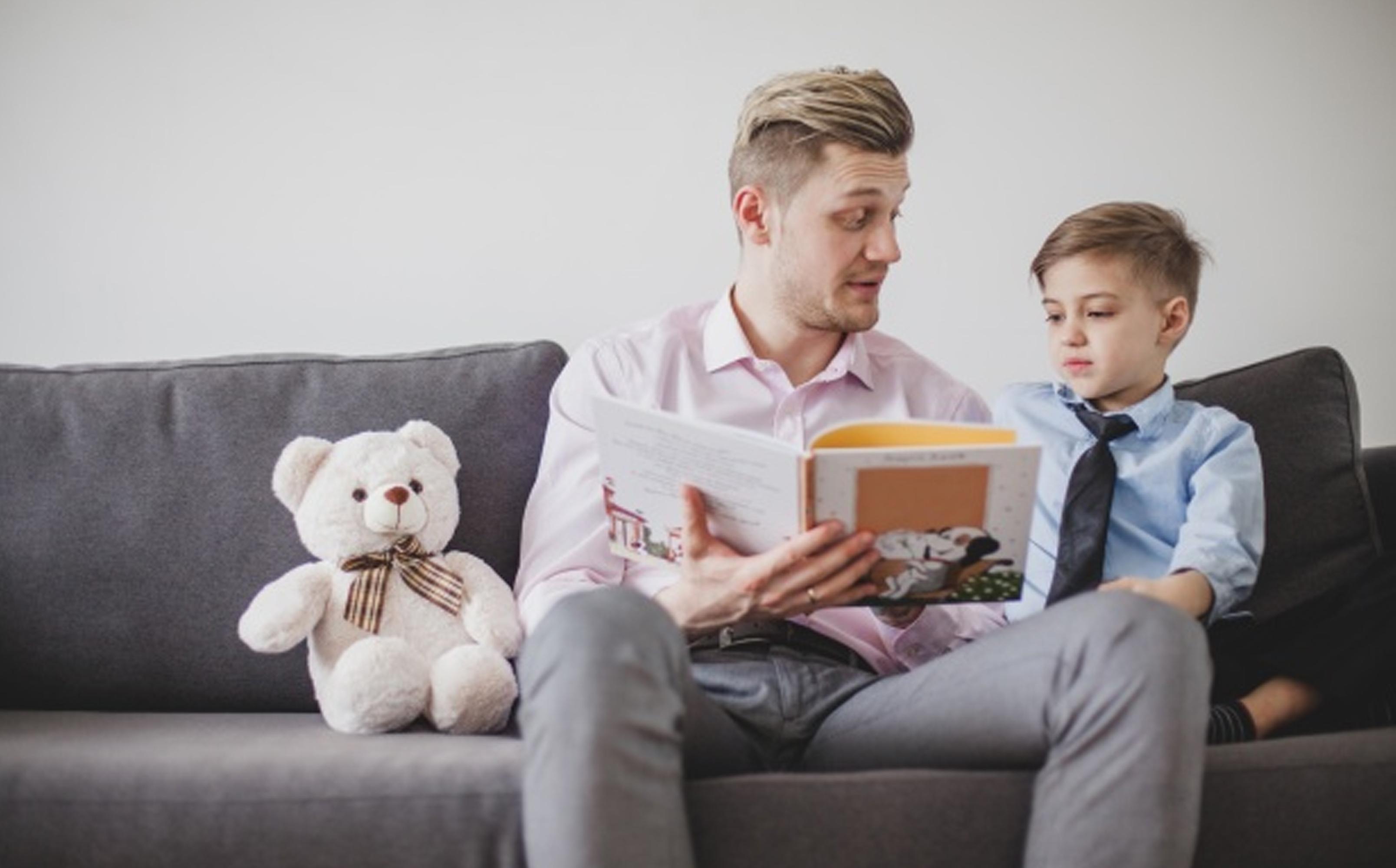 tata citind o poveste